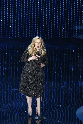 Adele sings Skyfall at 2013 Oscars